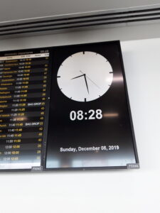 20191208_082820 - Flughafen Auckland - Uhr