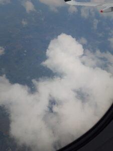 20191208_132919 - Neuseeland - Cookstrasse - weisse Wolken - Flugzeug
