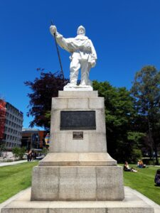 20191209_132958 - Neuseeland - Christchurch - Statue - weisser Marmor - Polarforscher - Robert Falcon Scott - Antarktika