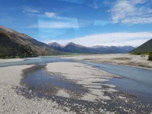 20191210_100914 - Neuseeland - TranzAlpine Bahn - Waimakariri Fluss - verflochtener Fluss - Kiesbett