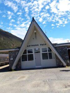 20191210_104115 - Neuseeland - TranzAlpine Bahn - Arthur's Pass Village - Arthur's Pass Bahnhof