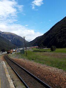 20191210_105517 - Neuseeland - TranzAlpine Bahn - Arthur's Pass Village - abfahrender Zug
