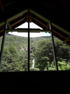 20191210_112014 - Neuseeland - TranzAlpine BAhn - Arthur's Pass - Kapelle - Wasserfall