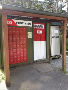 20191210_112730 - Neuseeland - TranzAlpine Bahn - Arthur's Pass - Postamt - Tauschbörse für Bücher