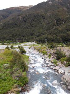 20191210_120840 - Neuseeland - TranzAlpine Bahn - Arthur's Pass - Fluss Bealy - Wasserfall - Devil's Punchbowl