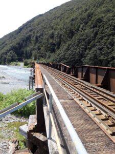 20191210_140024 - Neuseeland - TranzAlpine Bahn - Eisenbahnbrücke - Fluss Bealy