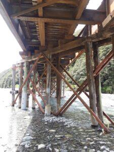 20191210_140202 - Neuseeland - TranzAlpine Bahn - Eisenbahnbrücke - Fluss Bealy