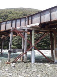 20191210_140231 - Neuseeland - TranzAlpine Bahn - Eisenbahnbrücke - Fluss Bealy