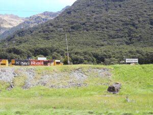 20191210_141441 - Neuseeland - TranzAlpine Bahn - Arthur's Pass Village - Arthur's Pass Bahnhof - durchfahrender Zug