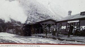 20191210_143532 (2) - Neuseeland - TranzAlpine Bahn - Arthur's Pass Village - Arthur's Pass Bahnhof - Eisenbahngeschichte