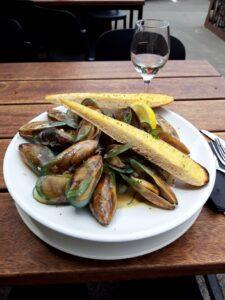 20191211_132132 - Neuseeland - Kaikoura - Restaurant - Groper's Garage - Green lipped Mussels - Schalentier