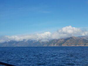 20191212_110712 - Neuseeland - Kaikoura - Pottwale beobachten - Pazifik - Berge - Wolken