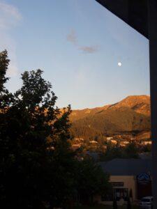 20191215_060246 - Neuseeland - Caneterbury NZ - Hanmer Springs - Sonnenaufgang - Mond - Berge