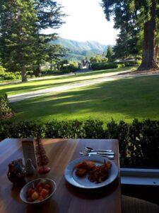 20191215_075600 - Neuseeland - Caneterbury NZ - Hanmer Springs - Heritage Hotel - Frühstück - Parkanlage - Sonne - Berge