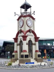 20191216_134115 - Neuseeland - Westcoast - Hokitika - Stadtuhr - Plakate - südafrikanischer Krieg - König Edward Vii