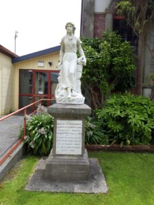 "20191217_140147 - Neuseeland - Westcoast - Hokitika - Statue aus Marmor - ""British and Intercolonial Exhibition"""