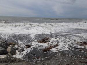 20191217_150003 - Neuseeland - Westcoast - Hokitika - Strand - Flut - Tasman Meer - Brandung - Wolken