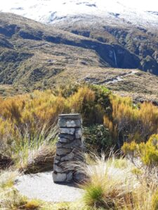 20191218_101942 - Neuseeland - Westcaost - Canterbury - Arthur's Pass - Denkmal - 100 Jahre Arthur's Pass - Arthur D. Dobson