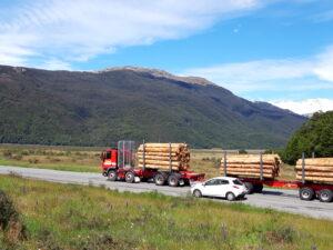 20191218_105721 - Neuseeland - Canterbury - Arthur's Pass Village - Holztransport - Überholmanoeuvre