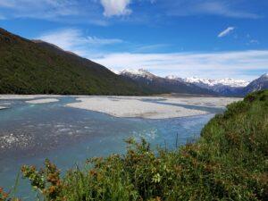 20191218_110233 - Neuseeland - Canterbury - Arthur's Pass Village - Waimakariri Fluss - Kiesbank - Berge - Schneebedeckte Gipfel