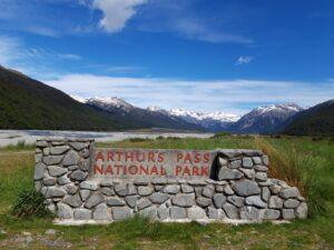 20191218_110349 - Neuseeland - Canterbury - Arthur's Pass Village - Waimakariri Fluss - Kiesbank - Berge - Arthur's PassNational Park