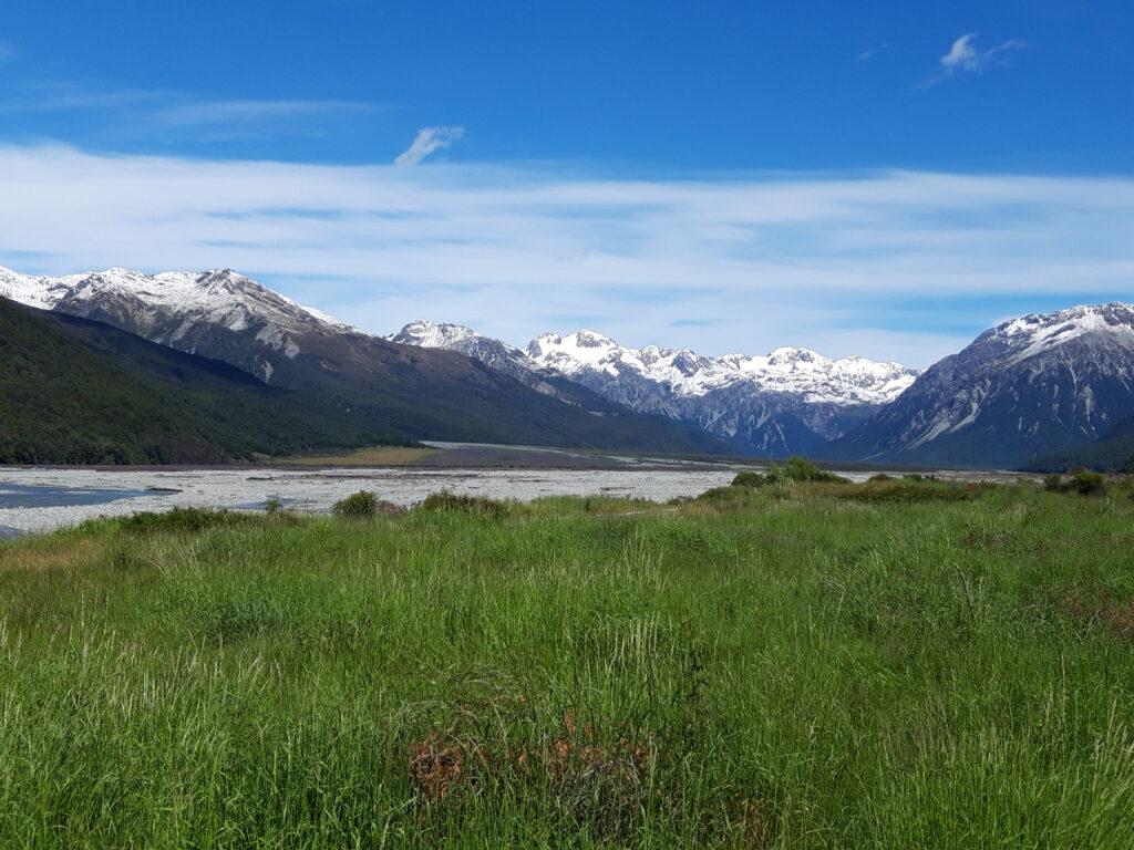 20191218_110407 - Neuseeland - Canterbury - Arthur's Pass National Park - Waimakariri Fluss - Kiesbank - schneebedeckte Berge