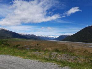 20191218_111629 - Neuseeland - Canterbury - Arthur's Pass Village - Waimakariri Fluss - Kiesbank - Berge