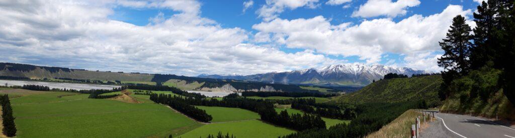 20191218_125425 - Neuseeland - Canterbury - Rakaia Fluss - Rakaia Schlucht - beschneite Berge - Wald  - Steilhang