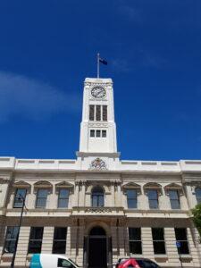 20191219_1337503 - Neuseeland - Canterbury - Timaru - District Council Building - Glockenturm - Eternal Lamp of Remembrance - Denkmal - Zweiter Weltkrieg