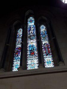 20191219_135752 - Neuseeland - Canterbury - Timaru - Anglikanische Kirche - St. Mary's Church - Zweiter Weltkrieg - Gefallenen - Gedächtniskapelle - St. Michael and All Angels - Glasmalerei - War Memorial Window - New Zealand Army - New Zealand Airforce - New Zealand Navy