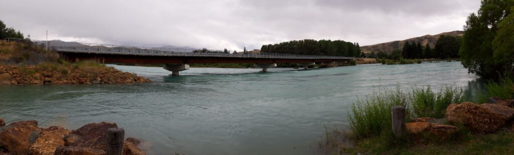 20191220_103049 - Neuseeland - Canterbury - Kurow - verflochtener Fluss - Waitaki Fluss -  Brücke Nr. 1 - Hochwasser