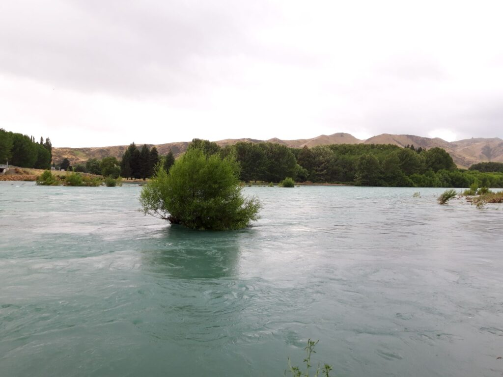 20191220_103140- Neuseeland - Canterbury - Kurow - verflochtener Fluss - Waitaki Fluss -  - Hochwasser