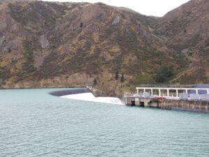 20191220_105309 - Neuseeland - Canterbury - Kurow - Waitaki Fluss - Wasserkraftwerlk - Stausee - Lake Waitaki - Staudamm - Hochwasserentlastung