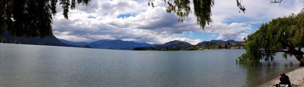 20191220_163353 - Neuseeland - Otago - Wanaka - Wanaka See - Wanaka Tree - Panoramabild - Sonne und Wolken