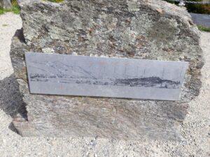 20191221_111710 - Neuseeland - Otago - Wanaka- Wanaka See - Kriegsdenkmal - Erster Weltkrieg - Profilkarte der Berge
