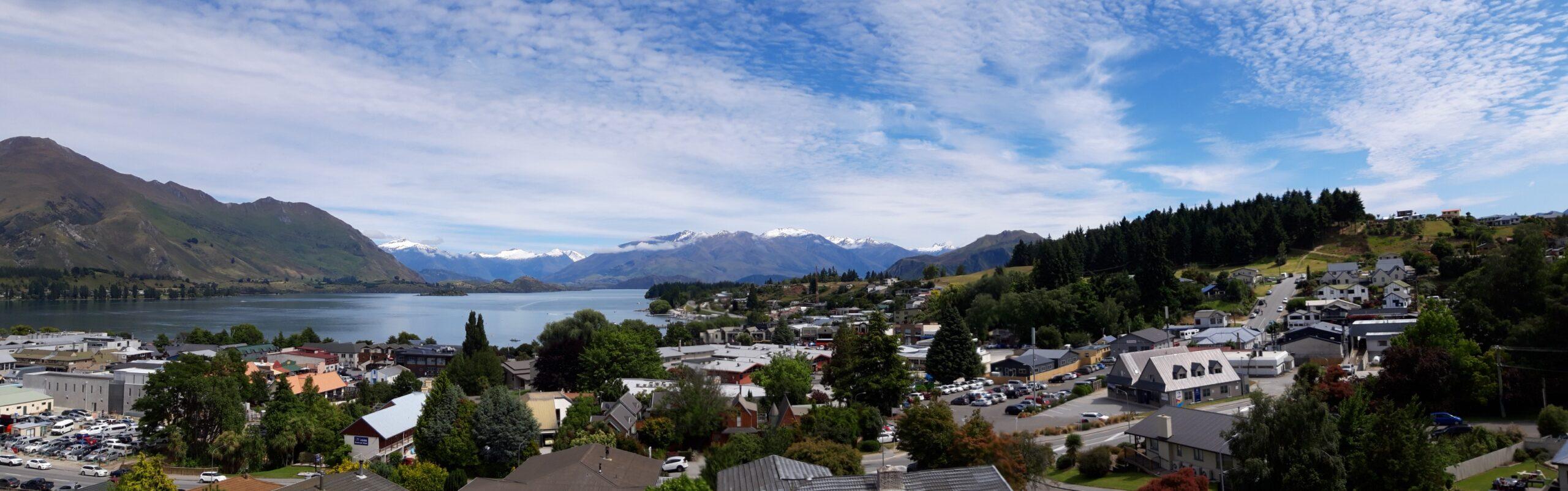 20191221_111734 - Neuseeland - Otago - Wanaka- Wanaka See - Kriegsdenkmal - Erster Weltkrieg - Zweiter Weltkrieg - Panorama Berge mit Schnee