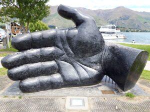 """20191221_125945 - Neuseeland - Otago - Wanaka - Llew Summers (1947-2019) - Skulptur aus Beton - ur - """"The hand that Nurtures 2004"""""""