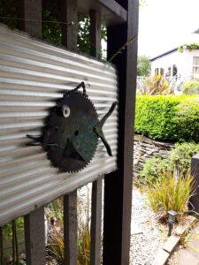 20191222_141800 - Neuseeland - Otago - Wanaka = Fisch aus Metall - Garten
