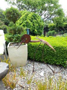 20191222_142259 - Neuseeland - Otago - Wanaka - Vogel aus Metall - grüner Garten