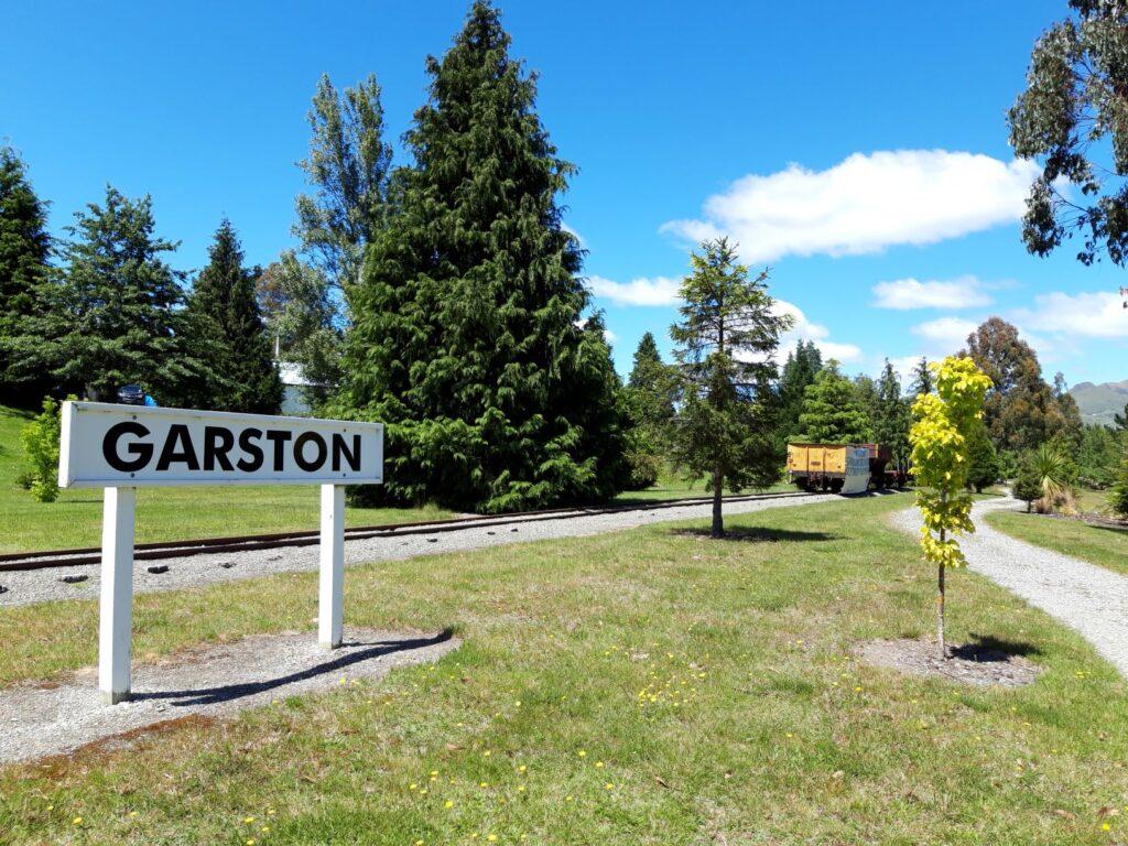 20191223_123638 - Neuseeland - Southland - Garston - Eisenbahngeschichte - Parkanlage - Bahnhofschild - Güterwagon