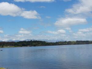 20191224_133312 - Neuseeland - Fiordland - Te Anau - Te Anau See - Hügellandschaft - blauer Himmel