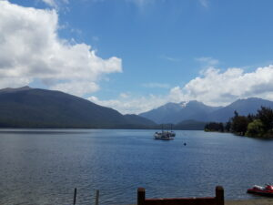 20191224_140639 - Neuseeland - Fiordland - Te Anau - Te Anau See - blauer Himmel mit weissen Wolken - Mt. Lyall