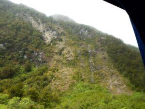 20191225_101212 - Neuseeland - Fiordland - Te Anau Downs (NZ) - Eglinton Valley Tal - Sonenschein auf wilde Felshänge