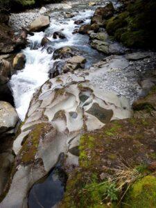 """20191225_105547 - Neuseeland - Fiordland - Te Anau (NZ) - Milford Sound - Cleddau Fluss - """"The Chasm"""" Schlucht - Höhle - Erosion"""