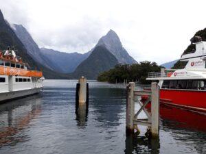 20191225_112756 - Neuseeland - Fiordland - Te Anau (NZ) - Milford Sound - Hafen - Kreuzfahrtschiff - Mitre Peak Berg