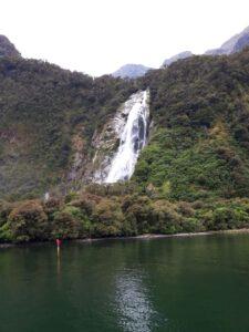 20191225_113841 - Neuseeland - Fiordland - Te Anau (NZ) - Milford Sound - Bowen Falls (161 M) - Wasserfall