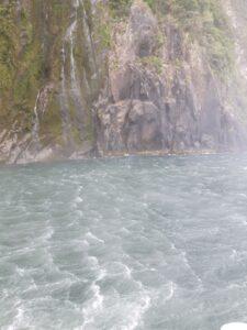20191225_124907 - Neuseeland - Fiordland - Te Anau (NZ) - Milford Sound - Stirling Fall - Wasserfall - Wellengang