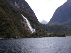 20191225_141837 - Neuseeland - Fiordland - Te Anau (NZ) - Milford Sound - Bowen Falls (161M) - Wasserfall
