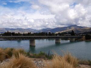 20191226_112746 - Neuseeland - Otago - Cromwell (NZ) - Lake Dunstan See - Dead Man's Point Bridge Brücke - Clutha Fluss - Wolken