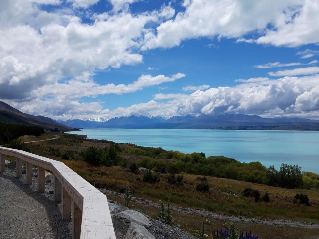 20191226_132130 - Neusland - Canterbury (NZ) - Lake Pukaki See - Südalpen (Neuseeland) -Aoraki/Mt. Cook - Gletscherstausee - proglacial lake - blauer Himmel und hellblaues Wasser - weisse Wolken